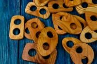 Деревянная пуговица-пряжка из лиственницы.